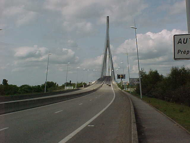 344 - ON ARRIVE ENFIN DEVANT LE PONT !.JPG